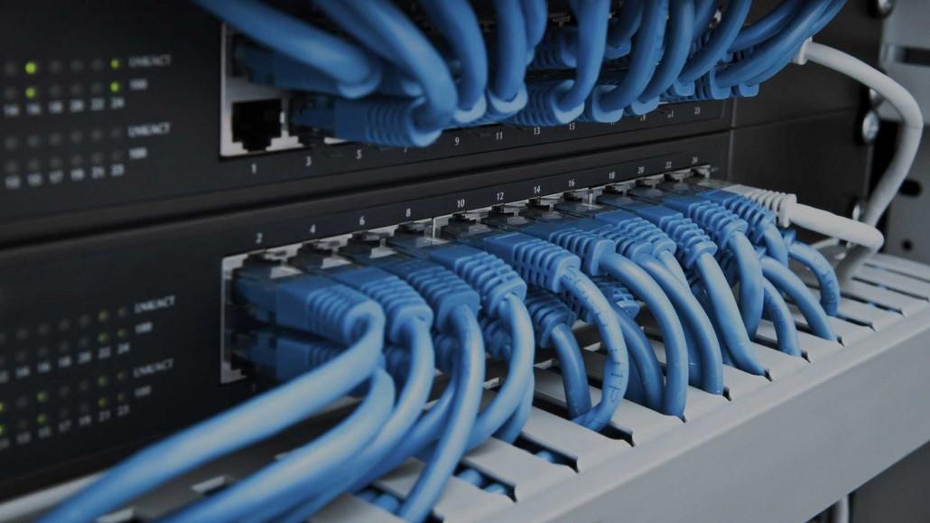 Serverrack mit blauen Kabel